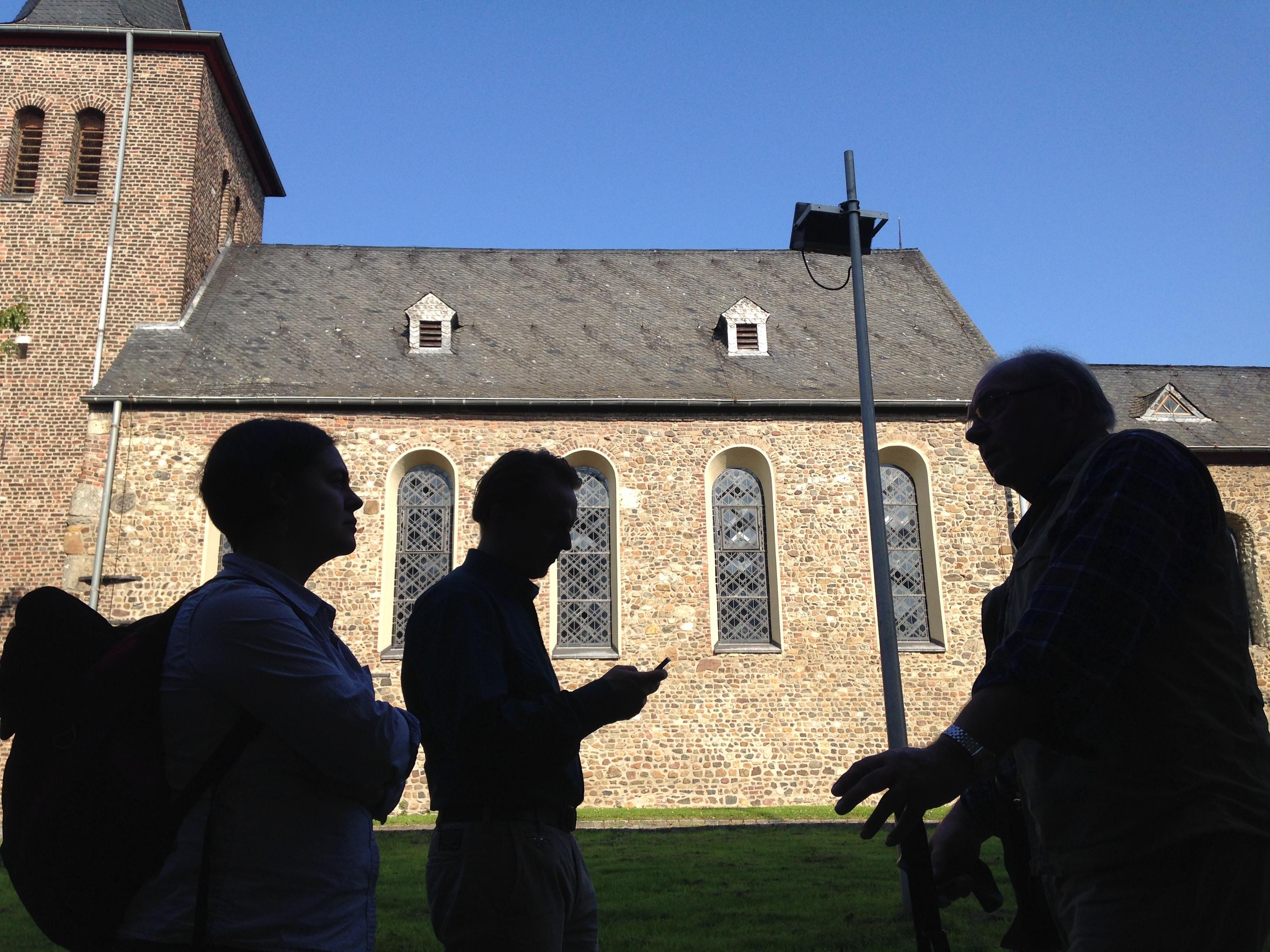 Tamara, Dirk und Gerd Passen vor der alten Kirche St.Nikolaus in Millen