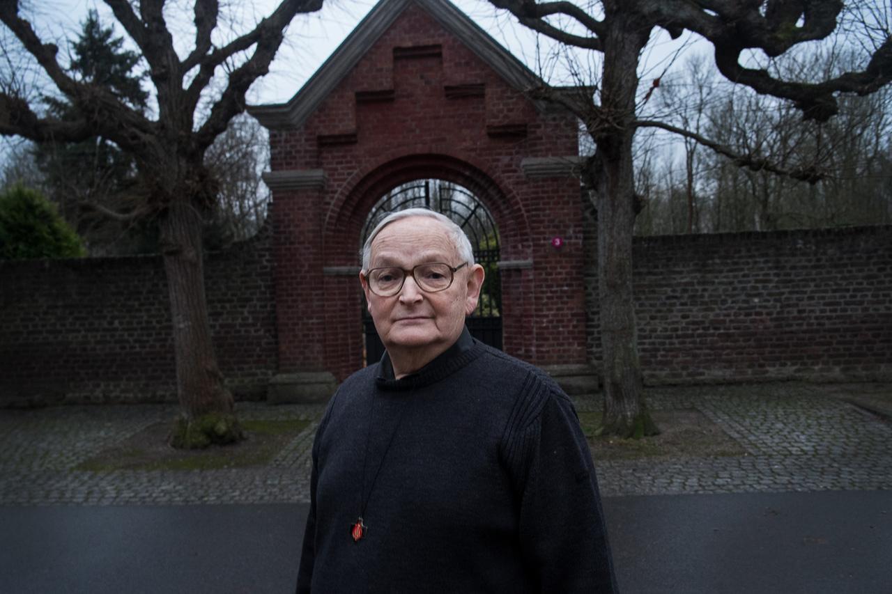 Pater Gerads vor dem Friedhof in Knechtsteden