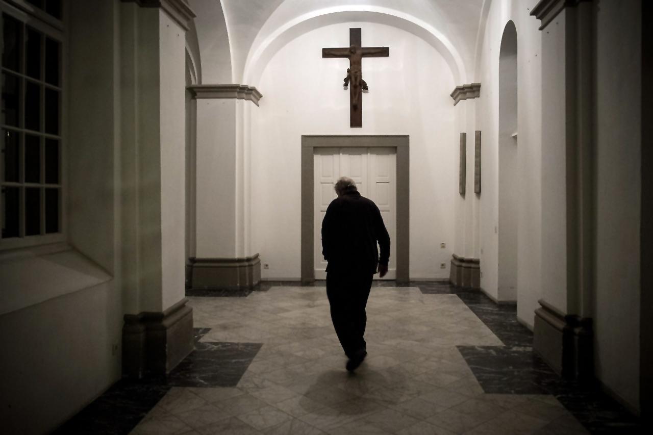Knechtsteden - Kreuzgang ein Pater geht in seine Zelle