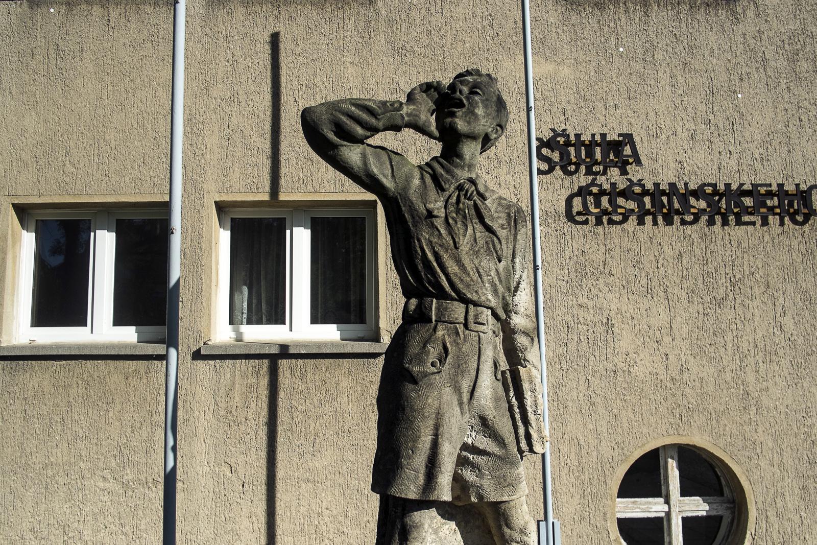 Eingang zur Grundschule in Pannschwitz-Kuckau